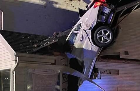 Automóvil aterrizó en el techo de una casa