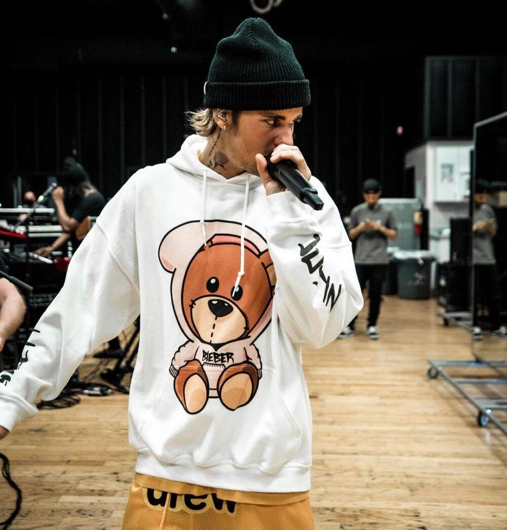 Justin Bieber enfrenta a sus fanáticos.