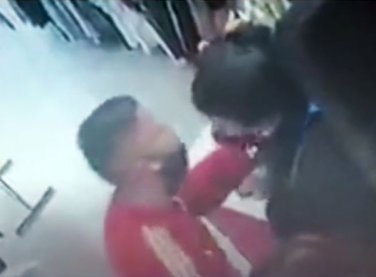 ladron besa a su víctima.JPG