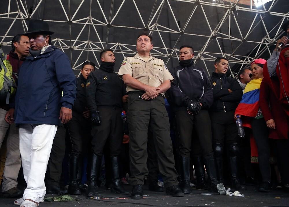345564_Indígenas retienen a policías en Ecuador // Foto: AFP