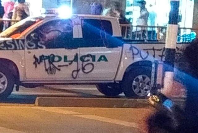 patrulla-de-la-policia-destruida-en-protestas.jpg