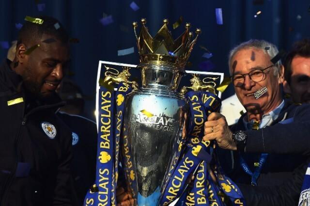 333474_Claudio Ranieri levantando el trofeo de la Premier League.