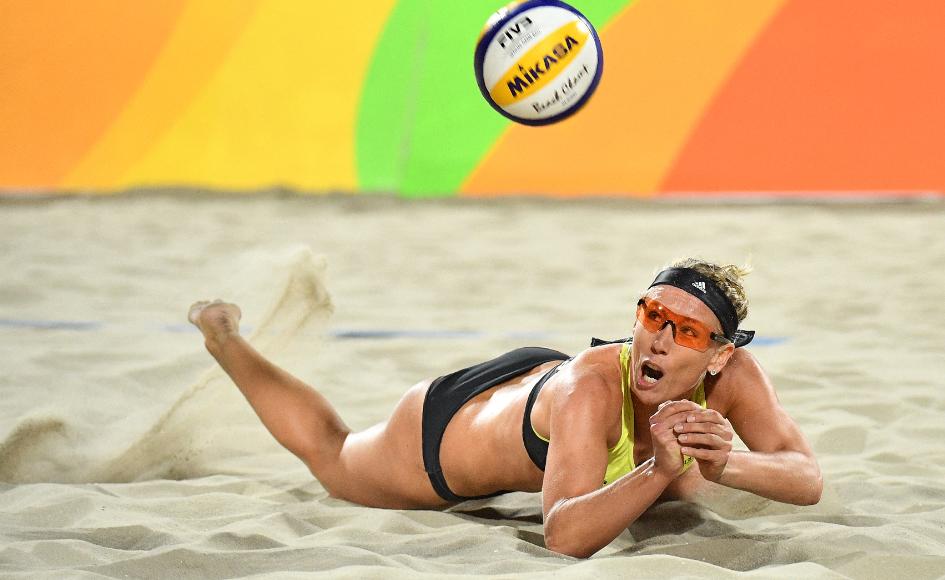 Karla Borger es una de las deportista que protestó por la regla del torneo de vóley playa en Catar