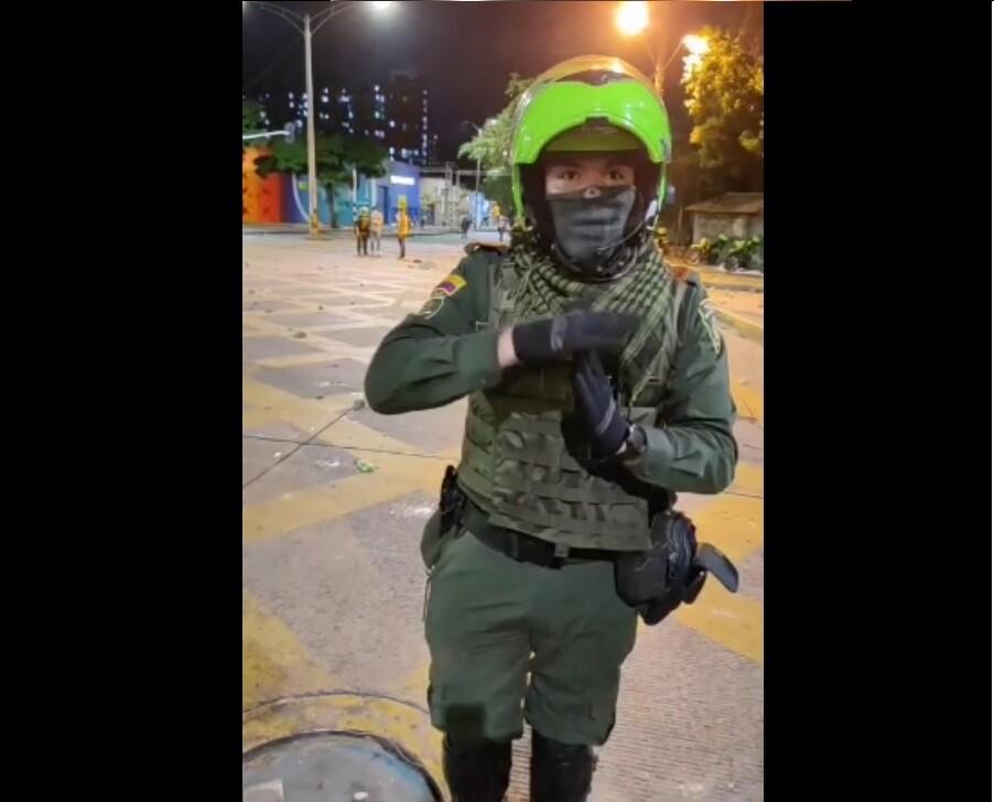 Policia dialoga con manifestantes en Medellín.jpg