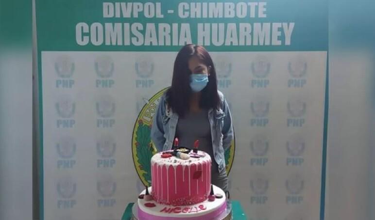 joven detenida en peru con una torta de cumpleaños.jpg