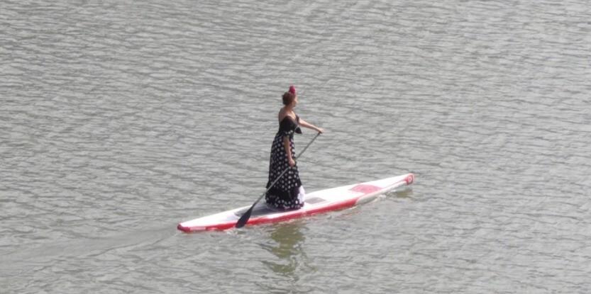 Colombiana remando vestida de flamenca